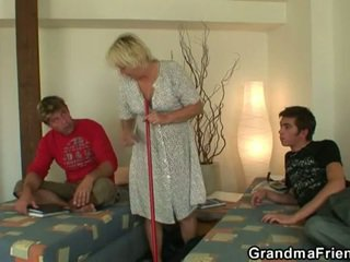 Збуджена підліток roommate fucks гаряча бабуся