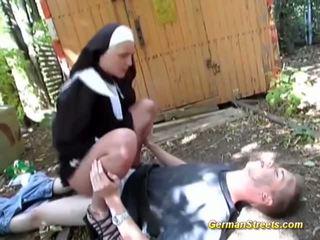 Niegrzeczne opiekunka fucks na ulica