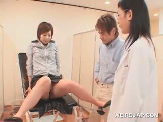 Japans meisje gets vol poesje controleren bij de gynecologist