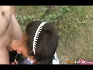 Filipina écolière baisée outdoors en ouvert domaine par touriste