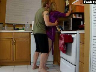 Maminka lets syn výtah ji a dřina ji horký prdel dokud on cums v jeho šortky