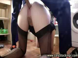 Британски милф blows plumber