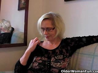 Iškrypęs senelė pushes jos fist į viršų jos senas pyzda