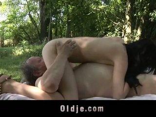 Rasva vanha mies fucks teinit sisään the woods