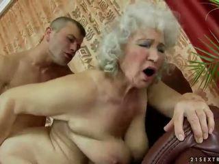 senelė, močiutė, mama ir berniukai