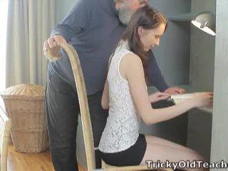 Tricky velho professora: sortudo velho professora fucks dela doce conas difícil.