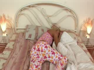 Blondie jerkingoff off före en sömn