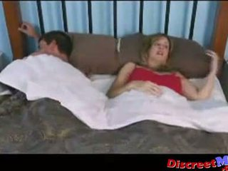 Ragazzo e mamma in il hotel stanza