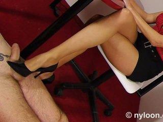 ניילון pantyhosed מזכירה gives עבודת נעל ו - עבודה ברגל