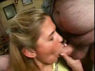 귀여운 소녀 엿 에 홈 로 그녀의 아버지 과 아저씨