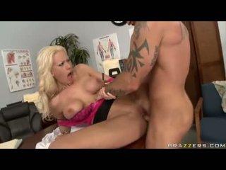 Sexbomb tanya james getting henne smutsiga cleft cracked av en gigantisk jock
