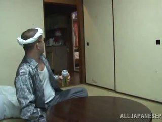 Yui tsubaki saves the moshë e pjekur djalë nga zemër sulm involving një mouthjob