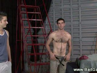 Neposredno guy prikazuje njegov vroče telo