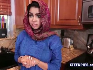 Sexy arab utie ada creampied par grand bite après baise