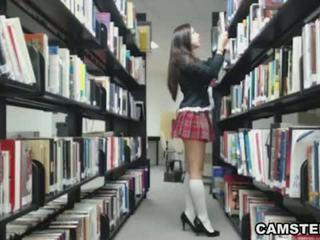 Skolejente i uniform wants til bust din nut i den bibliotek