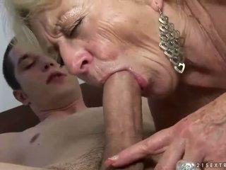 Abuelita y chico enjoying duro sexo