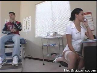 Secy jururawat treats beliau pesakit