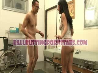 Tessa taylor ひよこ アップスカート ballbusting とともに ザ· 変な medic