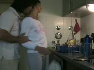लेना उसकी में the किचन