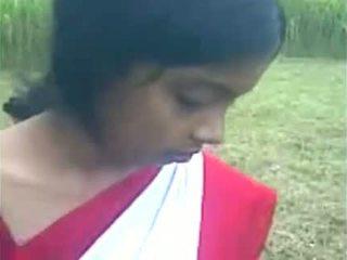 Unge indisk jente boos suging ved den ut doo