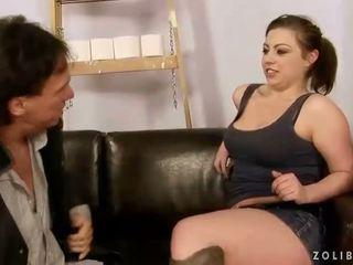 Më të vjetër guy qirje dhe pshurrje në sexy vajzë