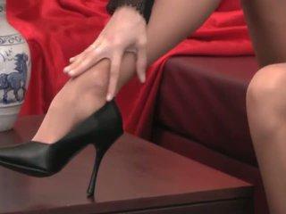 เซ็กซี่ provocative ผู้หญิงสวย ด้วย ยาว ขา ใน สูง ส้นเท้า และ ถุงน่องแบบมีสายรัด teases