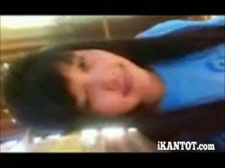 Asiatiskapojke tonårs visning henne sexig kropp