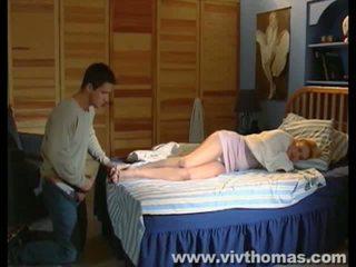 स्लीपिंग karina gets एक कमशॉट में उसकी फीट वीडियो