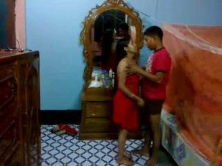 Honeymoon インディアン pair で 彼らの ベッドルーム