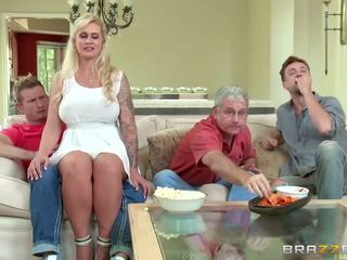 Brazzers - äitipuoleni takes jotkut nuori kukko - porno video- 451