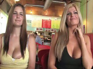 Taryn und danielle vollbusig babes öffentlich flashing brüste