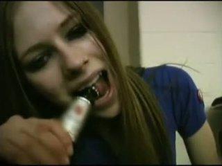 Avril lavigne flashing 브래지어.
