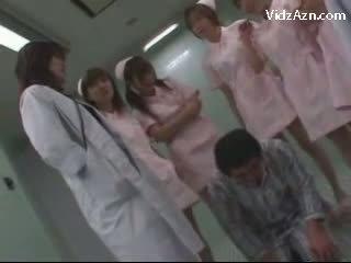 Guy getting pissed till mun av många nurses sitting till henne ansikte de runkar off hans kuk på den golv av den hospital