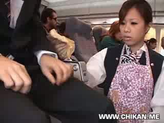 Tiếp viên buộc tay công việc trong plane