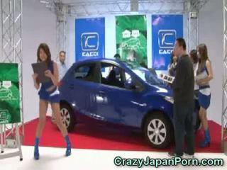 Invisible guy fucks japansk babe ved bil vis