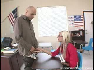Vékony szajha fucks a tanár