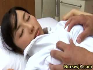 יפני אסייתי אחות מגוששת על ידי שלה חולה