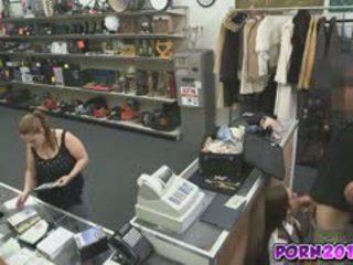 Evelyn 来 周围 该 counter 和 咂 我的 迪克