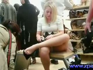 Flashing เธอ หี ใน สาธารณะ shoe ร้านค้า