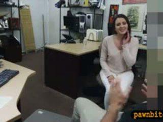 Customers hustru körd av pervert pawnkeeper i den offentligpolitisk