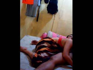 Indoneziane vogëlushe had të saj pidh licked dhe fingered