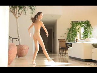 Claire stretching dann doing ballet bis musik