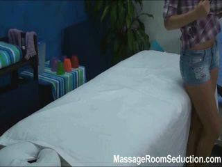 Cindy seduced och körd av henne massagen therapist på gömd camera
