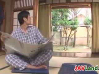 Sexy japansk husmor med stor pupper