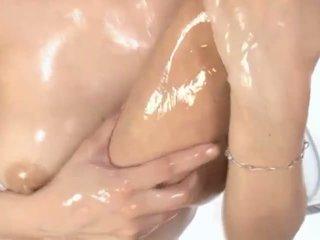 Seksi berminyak asia milf maria enjoys petting