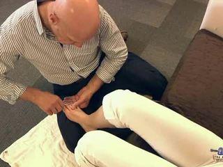 Lama lelaki menghisap jari kaki dan seks / persetubuhan remaja cutie