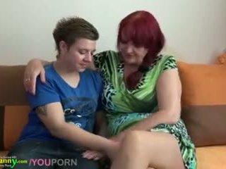 Lesbiete vecmāmiņa un pusaudze ar milzīgs dildo