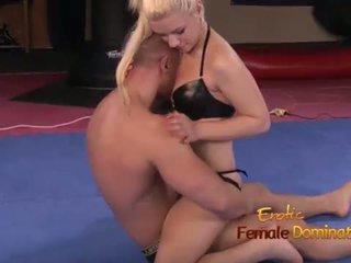 Blondin boxer dominates bald människa i ring