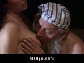 Vieux homme baisée par son brunette noël présent