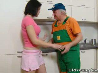 Dasha este waiting pe ei bucatarie counter alone în o roz outfit azi